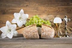 Avondmaalsymbool van brood en wijn, miskelk en gastheer, eerst comm stock afbeeldingen