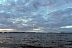 Avondmeer in bewolkt weer stock foto