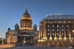 Avondmening over St Isaac Kathedraal in Heilige Petersburg, Rusland stock foto's