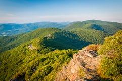 Avondmening van Blauw Ridge Mountains van de Weinig Steenachtige Mens C stock afbeelding