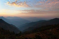 Avondmening van blauwe horizonnen in Himalayagebergte en rode wolken royalty-vrije stock fotografie