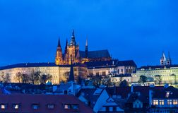 Avondmening van de hogere stad en St Vitus Cathedral in Praag, Tsjechische Republiek stock afbeeldingen