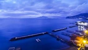 Avondmening van de kustlijn van Sorrento, Golf van Napels en de Vesuvius, Italië stock videobeelden