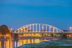 Avondmening van de N344 brug die de Nederlandse rivier IJssel kruisen stock foto's