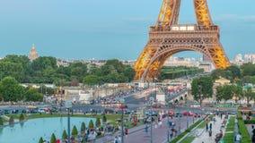Avondmening van de Torendag van Eiffel aan nacht timelapse met fontein in Jardins du Trocadero in Parijs, Frankrijk stock videobeelden