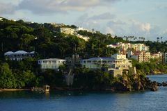 Avondmening van gebouwen in Prins Ruperts Cove, St Thomas, USVI stock foto