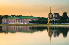 Avondmening van het de reservemuseum Kuskovo, het vroegere landgoed van de Staat van het de zomerland van de 18de eeuw moskou Rus royalty-vrije stock foto's