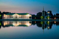 Avondmening van het de reservemuseum Kuskovo, het vroegere landgoed van de Staat van het de zomerland van de 18de eeuw moskou Rus royalty-vrije stock afbeeldingen