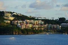 Avondmening van kleurrijke gebouwen in Prins Ruperts Cove, St Thomas, USVI royalty-vrije stock fotografie