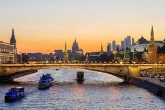 Avondmening van Moskou het Kremlin van het Park Zaryadye, Rusland royalty-vrije stock afbeeldingen