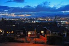 Avondmening van Oslo met oude historische huizen in de voorgrond royalty-vrije stock afbeelding
