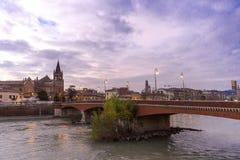 Avondmening van Verona De herfst in Verona, Italië Landschap met Adige-Rivier en Ponte Di Pietra Het beroemde oriëntatiepunt van  royalty-vrije stock foto