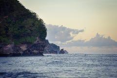 Avondoceaan met rotsachtige kust en somber water Stock Foto