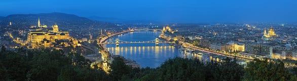 Avondpanorama van Boedapest, mening van Gellert-Heuvel, Hongarije stock foto