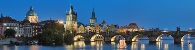 Avondpanorama van Charles Bridge in Praag, Tsjechische Republiek Royalty-vrije Stock Foto's