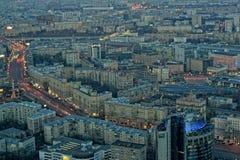 Avondpanorama van de stad van Moskou Rusland stock afbeelding