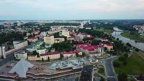 Avondpanorama van de stad van Vitebsk bij zonsondergang stock footage