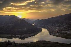 Avondpanorama van Mtskheta-stad en Kura-rivier van Jvari-klooster bij zonsondergang georgië europa Stock Foto