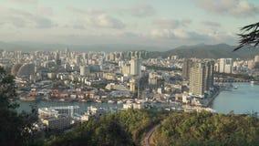 Avondpanorama van Sanya vanaf de bovenkant van een heuvel in een Luhuitou-de lengtevideo van de Parkvoorraad stock footage
