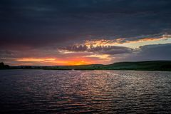 Avondreis De zomerzonsondergang boven het meer Royalty-vrije Stock Foto