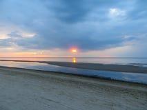 Avondschemering op de kust van de Golf van Riga in Jurmala Oostzee, Letland, Europa royalty-vrije stock foto's