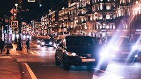 Avondstad met Auto en Mensenverkeer Royalty-vrije Stock Afbeeldingen
