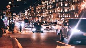 Avondstad met Auto en Mensenverkeer Stock Fotografie