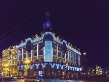 Avondstad met Nieuwjaar en Kerstmisdecoratie, Zanger Company House 1902 op Nevsky-Vooruitzicht St Petersburg Rusland Stock Fotografie