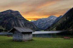Avondstemming bij een bergmeer Stock Afbeelding