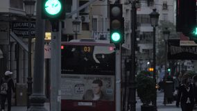 Avondstraat met opslag, lopend mensen en vervoerverkeer spanje stock videobeelden