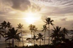 Avondstrand met mooie zonsondergang royalty-vrije stock afbeelding