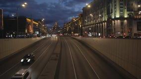Avondverkeer bij de straat van Moskou stock footage