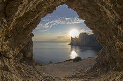 Avondzon die achter de kustklippen plaatsen crimea royalty-vrije stock foto