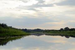 Avondzonsondergang over de rivier Pripyat Wolken juli De zomer Witrussisch landschap stock fotografie