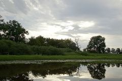 Avondzonsondergang over de rivier Pripyat Wolken juli De zomer Witrussisch landschap royalty-vrije stock foto