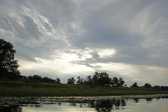 Avondzonsondergang over de rivier Pripyat Wolken juli De zomer Witrussisch landschap royalty-vrije stock foto's