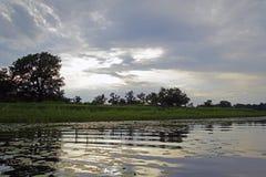 Avondzonsondergang over de rivier Pripyat Wolken juli De zomer Witrussisch landschap stock foto