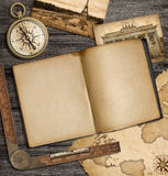 Avonturen zeevaartachtergrond met uitstekend voorbeeldenboek en kompas Stock Foto