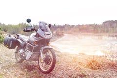 Avonturenmotor Van weg Motorfietsreis enduro die, dubbel de sport openluchtconcept van de Levensstijlreis reizen kleding met royalty-vrije stock fotografie