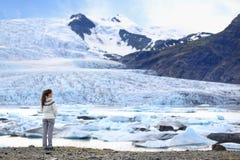 Avonturenvrouw door gletsjeraard op IJsland royalty-vrije stock foto's