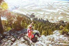 Avonturenvrouw selfie aan smartphone op de achtergrond van bergen Mening van rug van de toeristenreiziger op achtergrond stock foto's