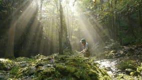 Avonturier in het midden van een bosopheldering stock video