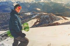 Avontuur aan de wintersport Snowboardermens die bij berg wandelen Royalty-vrije Stock Afbeeldingen