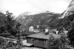 Avontuur, ontdekking, reis Schip in Noorse fjord op bewolkte hemel Lijnboot in dorpshaven De Bestemming van de reis stock foto's