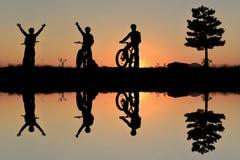 Avontuurlijke fietsers en het plezier van aard royalty-vrije stock afbeeldingen
