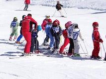 法国孩子形成滑雪学校小组 库存照片