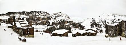 En skidasemesterort i de franska alpsna, Royaltyfri Bild