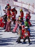 Gruppi francesi della scuola dello sci della forma dei bambini Immagine Stock