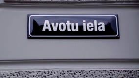 Avotu-Straßenschild Riga Lettland stock video
