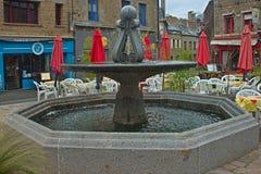 AVRANCHES, FRANCE - 4 avril 2019 - fontaine à la place principale avec des restaurants autour images libres de droits